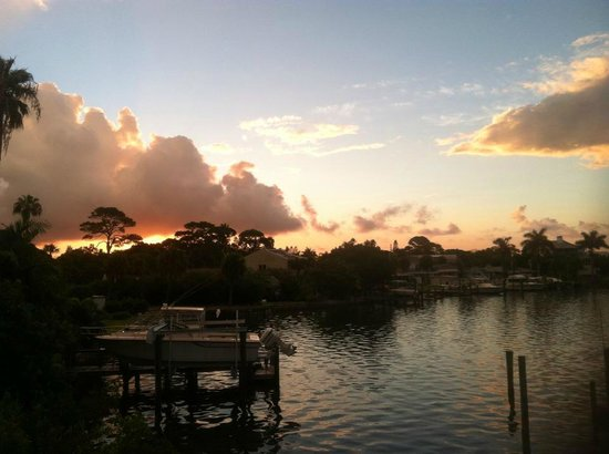 Bayview Plaza Waterfront Resort: Sunrise from our view - water front resort
