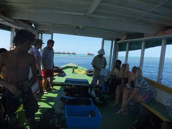 Divers Lodge Maldives: Briefing of dive sight!!