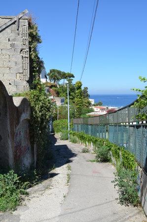 Hotel Casa Mazzella: Steep trek up the hill