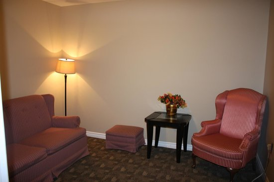 Kent Motel: lounge attached to deluxe suite