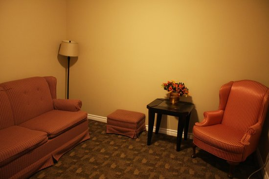 Kent Motel: lounge with suite