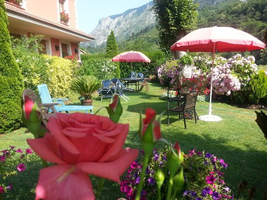Hotel Rural El Torrejon: salida del comedor al jardin