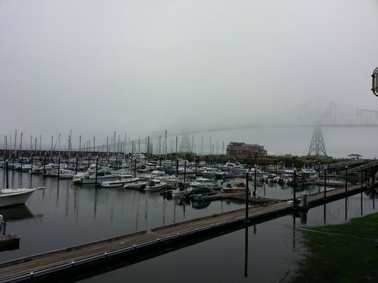 Astoria Riverwalk Inn: Looking to the right from room at the bridge