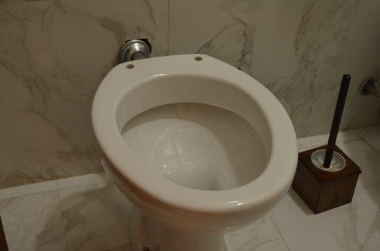 Hotel del Sole: No toilet seat....??!!