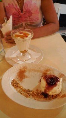 Bakalo : crema di yogurt con frutta sciroppata e crema di formaggio con fighi