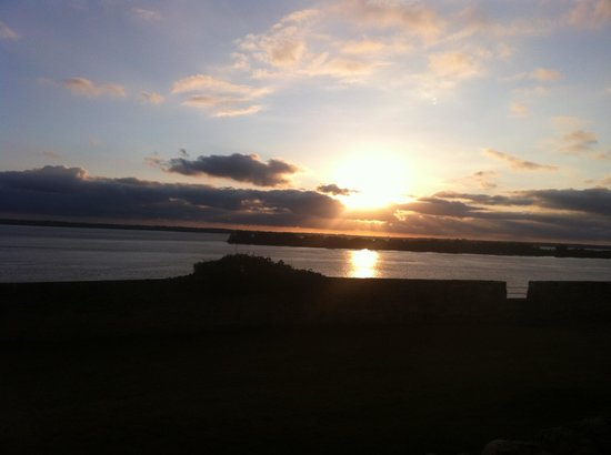 Villa St. Simon : The sunset view from the Logis Hotel & Restaurant in Fort Medoc, Blaye