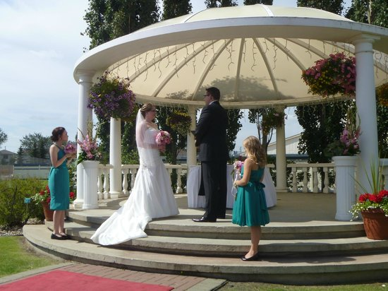 Chateau Louis Hotel & Conference Centre: The wedding gazebo