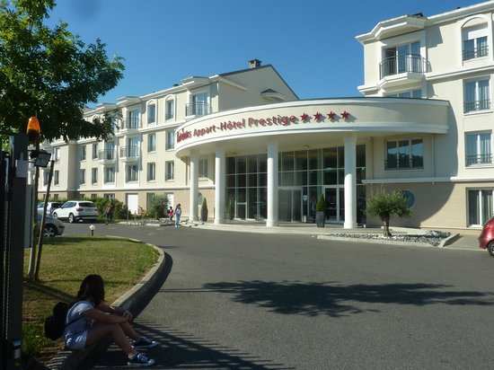 Appart'City Confort Marne la Vallee - Val d'Europe : Fachada principal. Junto a esa puerta para el bus a Disney