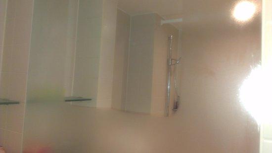 The Winchester Hotel & spa: mist free mirror!