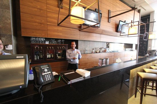 Hilton Garden Inn Santiago Airport: Bar and dinning area - plus our bar tender!