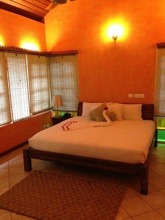 Mayapott Plantation Villa: Bedroom with peacock towels and rose petals