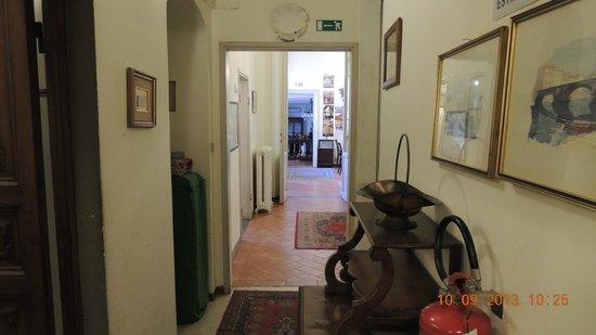 Hotel Crocini: Corredor para o hall do hotel