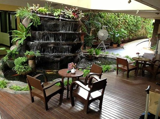 Eurana Boutique Hotel: Sitting Area in Open Air Lobby