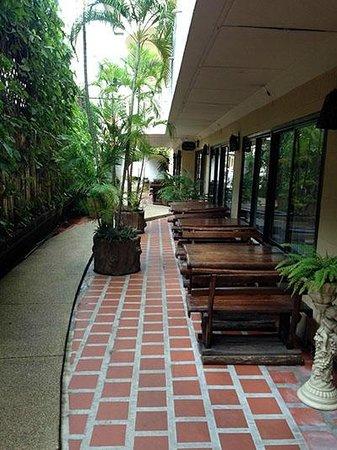 Eurana Boutique Hotel: Walk way outside Violet Restaurant
