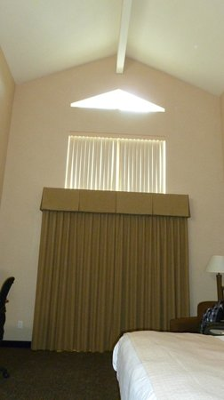 Best Western Plus Grant Creek Inn: Top floor with king bed vaulted ceilings.