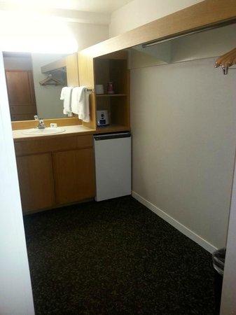 Lodge at Snowbird: Large Closet space, extra sink, mini fridge