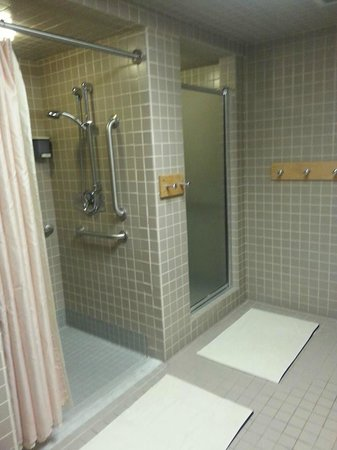 Lodge at Snowbird: Private showers for guests in pool restroom