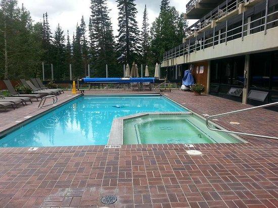Lodge at Snowbird: GREAT pool and the hot-tub seats 20