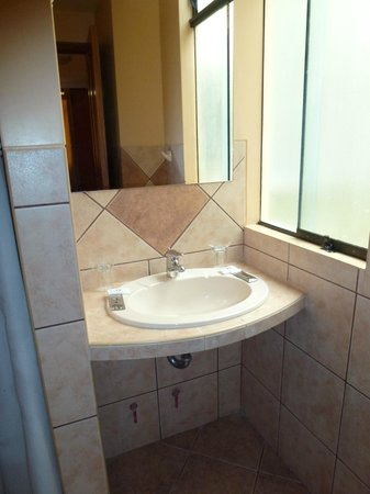 Imperio Machupicchu Hotel: Sink (window looked at someone else's window