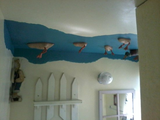 Mountain Lakes Lodge: Ceiling in master bathroom - yes those are duck bellies - very creative!