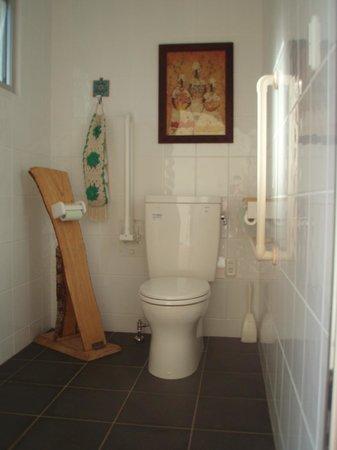 Pension Ipe: 庭にあるトイレ