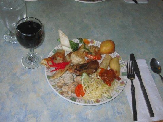 Red Apple Family Restaurant: 中華料理とワイン