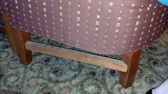 Hollywood Casino St. Louis Hotel : dirt on bottom of chair...you can even see finger prints in the dirt!!