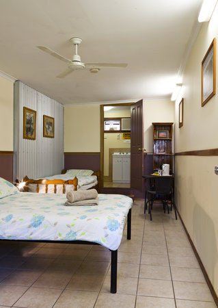 Aussie Woolshed Backpackers Hervey Bay, Fraser Island: Private double/twin room, private bathroom, TV/DVD and tea and coffee facilities