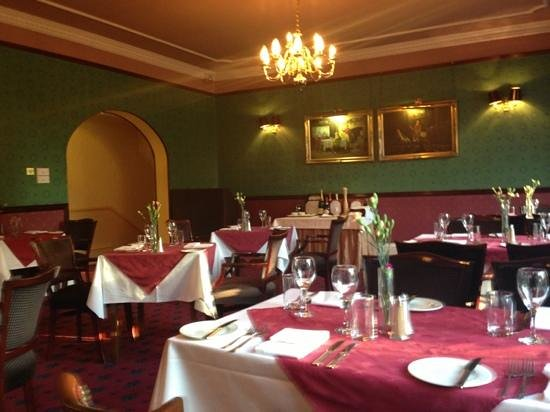 BEST WESTERN Queens Hotel: chintzy dining room