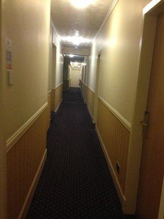 BEST WESTERN Queens Hotel : dingy corridor