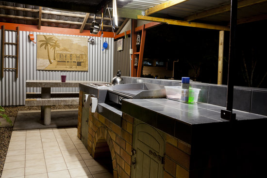 Aussie Woolshed Backpackers Hervey Bay, Fraser Island: Make use of our excellent outdoor cooking and BBQ area, especially on those warm summer nights