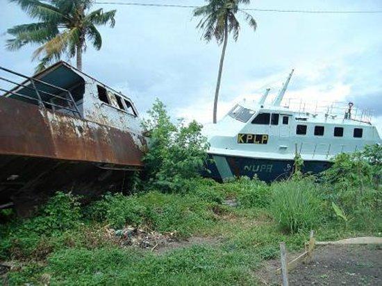 Aceh, Indonésia: Kapal Patroli KPLP yang terdampar ditengah-tengah permukiman padat penduduk ketika tsunami di Ac