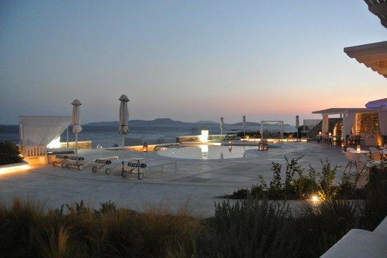 De.Light Boutique Hotel: Piscina e ristorante al tramonto