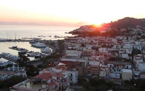 Gran Paradiso Hotel: alba sul porto e golfo di Napoli