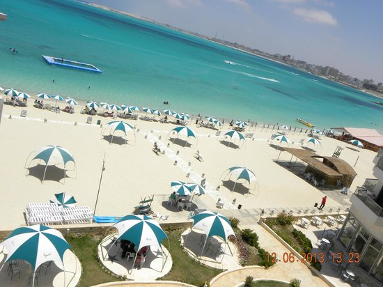 Beau Site Hotel Marsa Matruh: Garden, Beach, accomodation next to each other and swimming pool in the sea :)