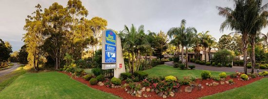 BEST WESTERN Fairway Motor Inn: Entrance To Motel and gardens