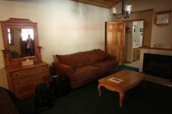 Kernville Inn: couch