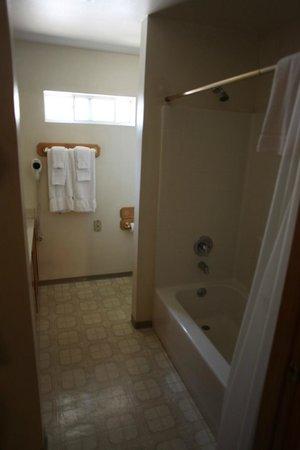 Kernville Inn: bathroom