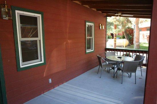 Kernville Inn: shaded lovely patio