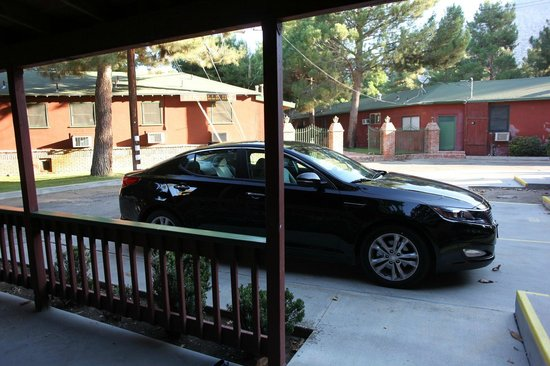 Kernville Inn: patio and ASSIGNED parking spot :)