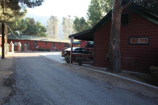 Kernville Inn: alley/driveway