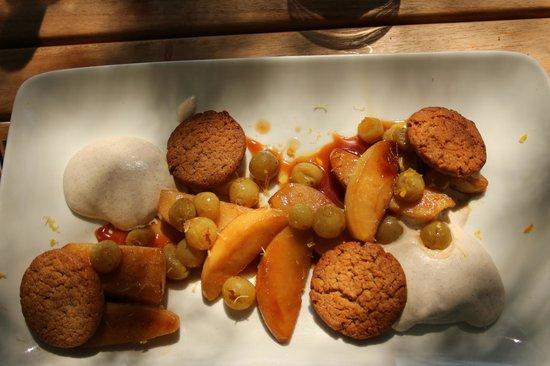 Le Rocher: dessert : tranches de pommes et raisins poëlés, sablés à la cannelle