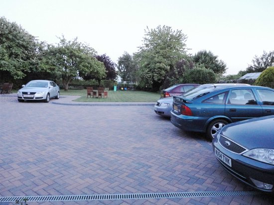 Englands Guest House: Car Park