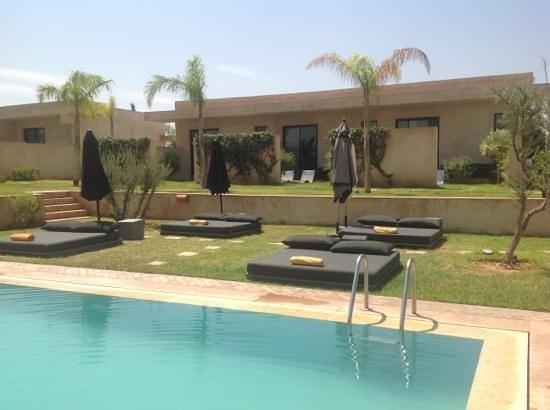 Sirayane Boutique Hotel & Spa : matelas au bord de la piscine