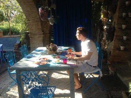 Lupaia: Eating breakfast outside
