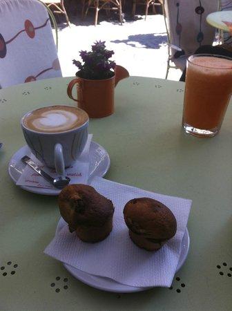 Simbio: Carrot smoothie, Cappuccino, banana muffins
