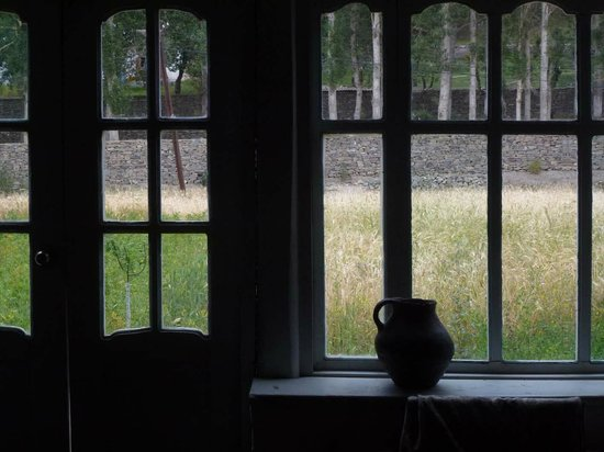 Hanis Guesthouse: Blick durch das Speisesaal-Fenster