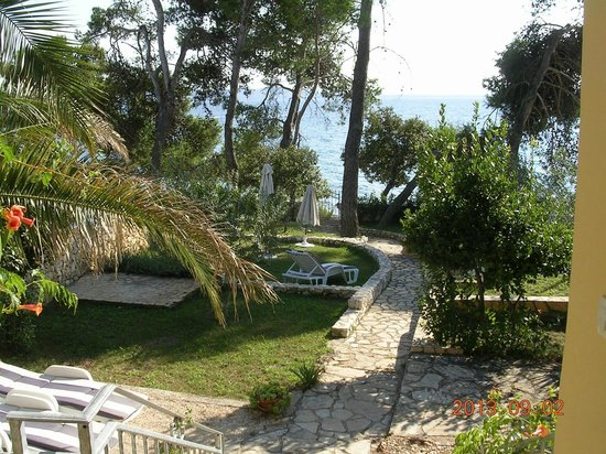 Villa Nela : Blick auf Garten und Meer