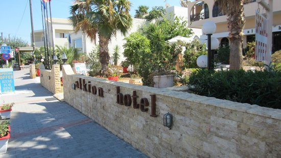 Alkion Hotel: Vanaf de weg gezien