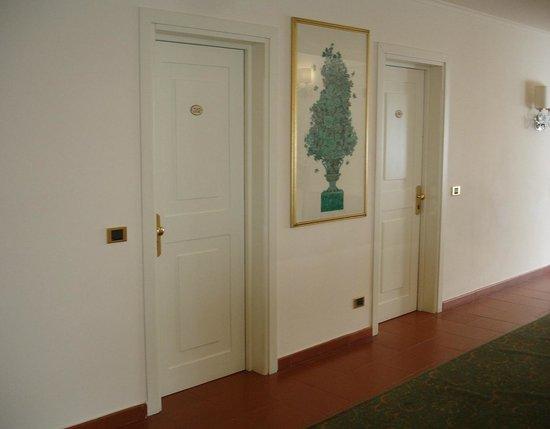 Caparena Hotel : Двери комнат отеля.